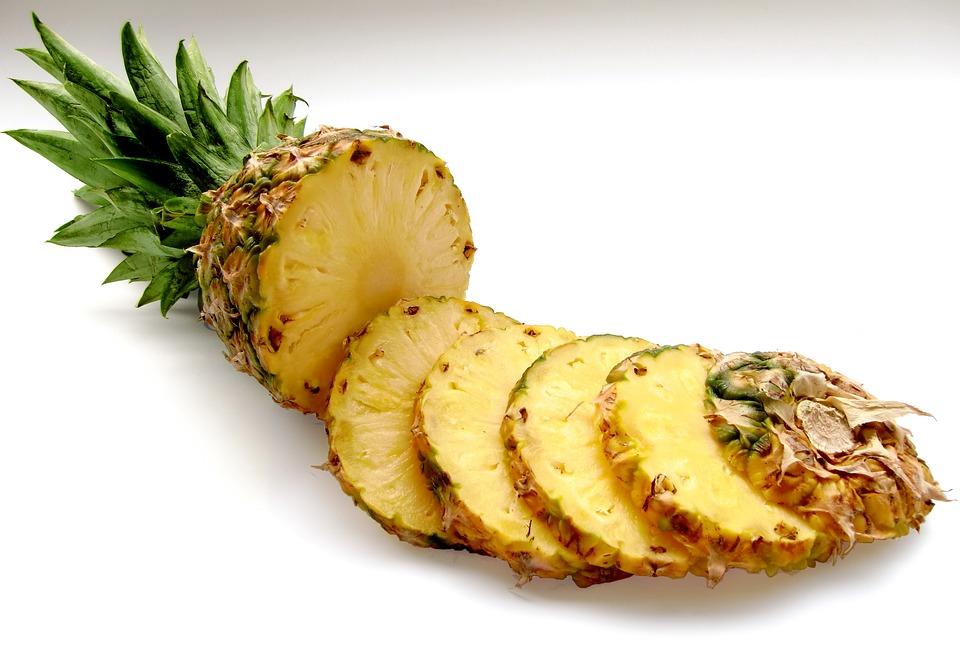 ananas nakrájený na plátky