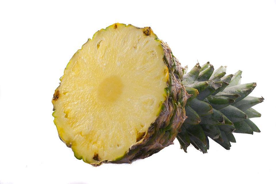 ananas rozpůlený