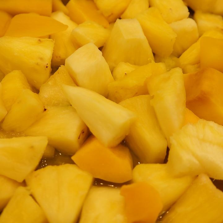 ananas můžeme nakrájet na malé kousky a podávat jako občerstvení