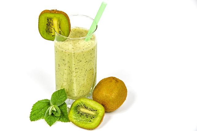Kiwi se skvěle hodí k přípravě smoothies a koktejlů