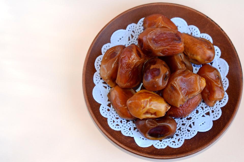 Sušené datle na talíři